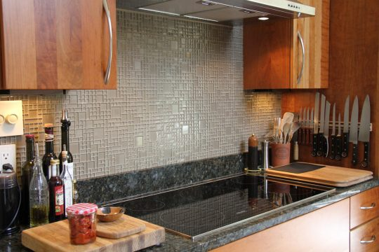 glass-mosaic-backsplash-behind-stove